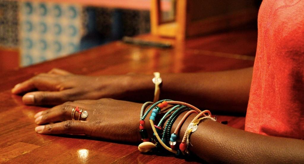 Bracelets, bagues au doigts; une tradition africaine