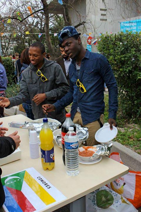 Les représentants du Comores devant leurs stand