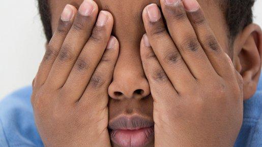 Vaut mieux fermer souvent les yeux en tant que benguiste sur certains scènes