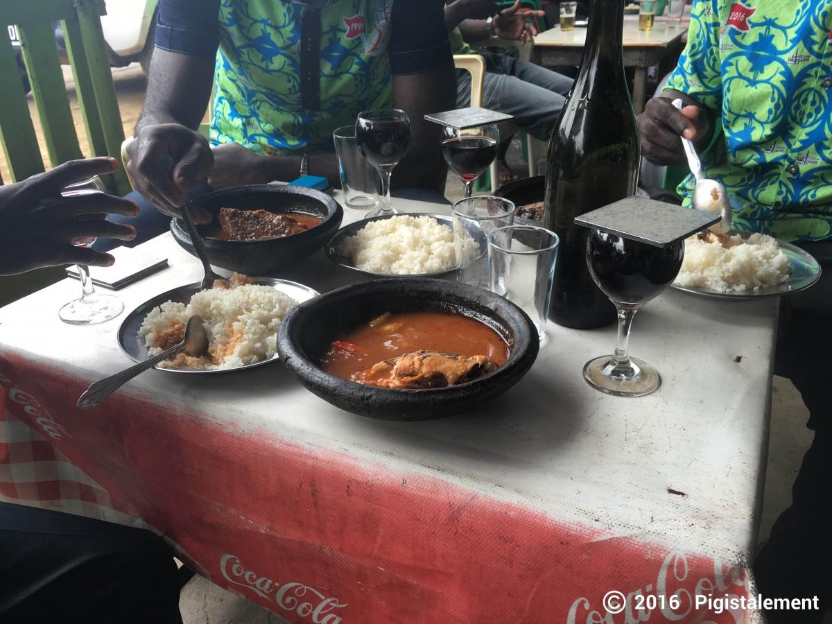 En compagnie de quelques amis autour d'un plat local