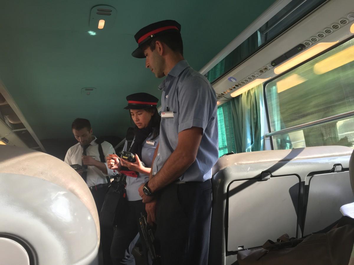 des controleurs de la SNCF donnant une contravention à un benguiste
