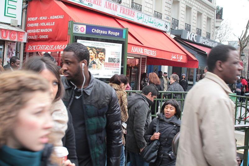 """Station sortie de métro sur le marché africain""""chateau rouge"""" Paris."""